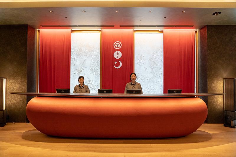 畳敷きのエレベータで2階にあがるとフロントが正面に。後ろの朱色の垂れ幕は「東京・夏夜の宴」仕様だそう