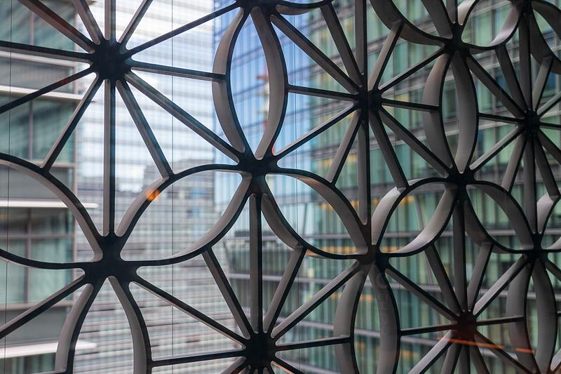障子を開けるとビルの外観に施された「麻の葉くずし」柄の豪華な格子が間近に。すき間から見えるビル群とは別世界にいるような不思議な感覚