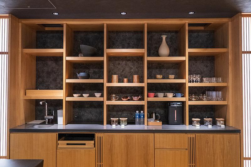 センスのよい食器類が並ぶ棚