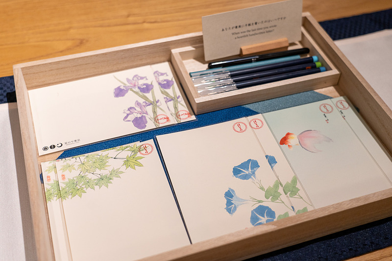四季折々の絵葉書や、老舗のお菓子なども用意。夜は簡単なお夜食も
