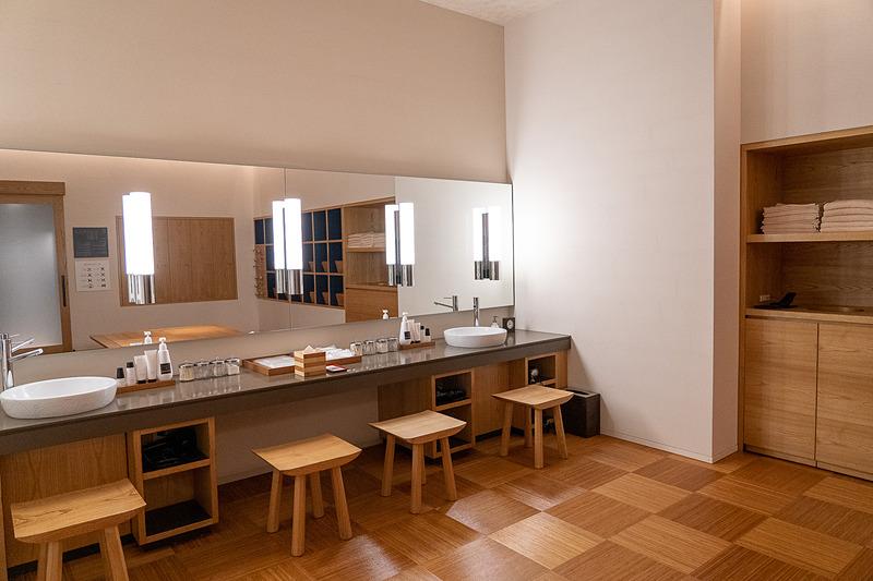 脱衣場にあるアメニティは数々のラグジュアリーホテルで採用されているスキンケアブランドLIRIo(リーリオ)