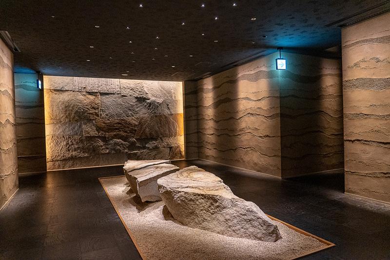 ダイニングフロアのエントランスは地層をイメージした博物館のような壁が印象的
