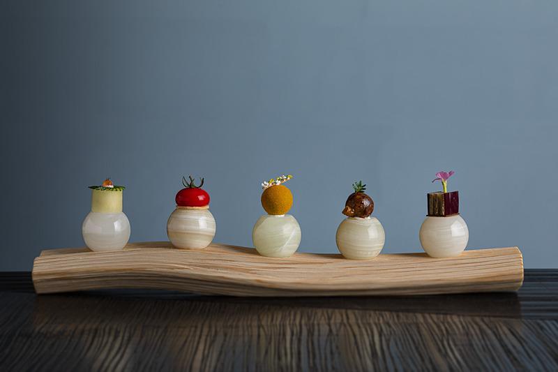 五味「酸・旨・苦・辛・甘」を一口サイズの料理で表現した「Nipponキュイジーヌ 五つの意思」。下の石は料理にあわせて温度を変えているそう(写真提供:星野リゾート)