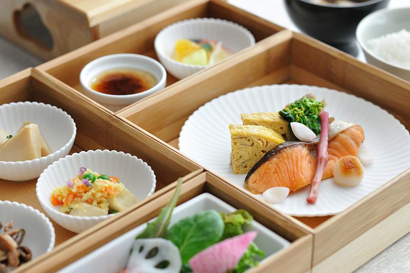 洋朝食は1名3300円、和朝食は1名4000円(いずれも税、サービス料10%別)。これらはお部屋に運んでもらえます(写真提供:星野リゾート)