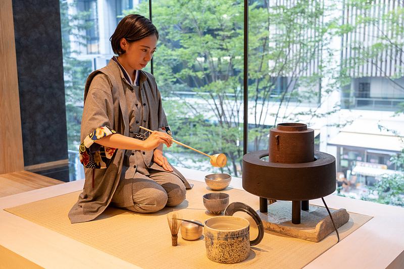 お抹茶のふるまいや、老舗和菓子店、虎屋の職人さんによる和菓子作り実演も