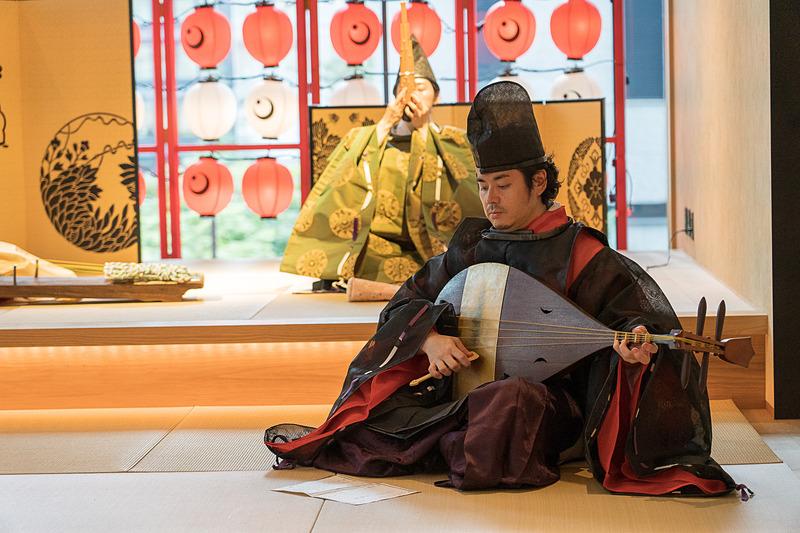 「東京・夏夜の宴」にあわせて特別構成されたという雅楽の生演奏も。伝統的な音楽に聞き入る宿泊者の皆さん。海外からの観光客も多いようですが、とても大きな拍手をおくっていました