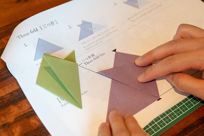 江戸時代に流行したという紋切り遊びは紙を折って切って、さまざまな模様を作るというもの(1500円)