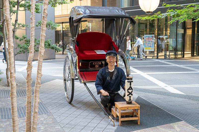 星のや東京名物・人力車タクシーも大手町縁日に登場し、会場から東京駅までを送迎(3000円)