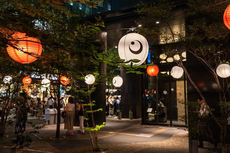 星のや東京の前は提灯が灯っていい雰囲気