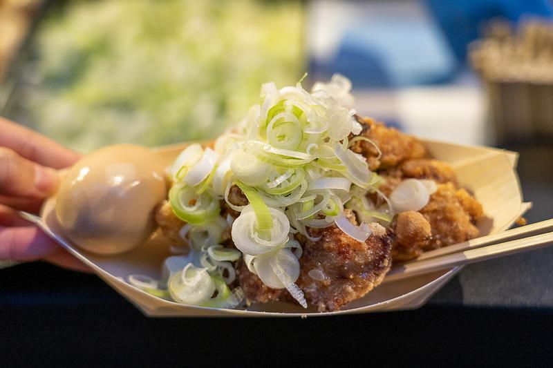 星のや東京の1階にある肉そばで有名なお店「港屋2」の秘伝の唐揚げが大手町縁日限定で登場。500円なので小判1枚