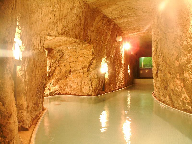 弁天洞窟風呂(写真提供:岩本楼)