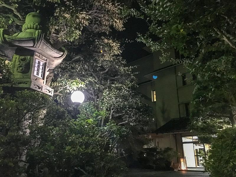夜の岩本楼入口。雰囲気抜群