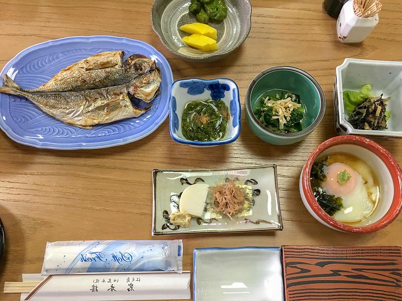 朝の和定食。相模湾の海産物が美味し過ぎる。ご飯のお代わりもできます