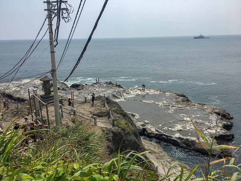 岩屋のすぐ側の景色。一面の海