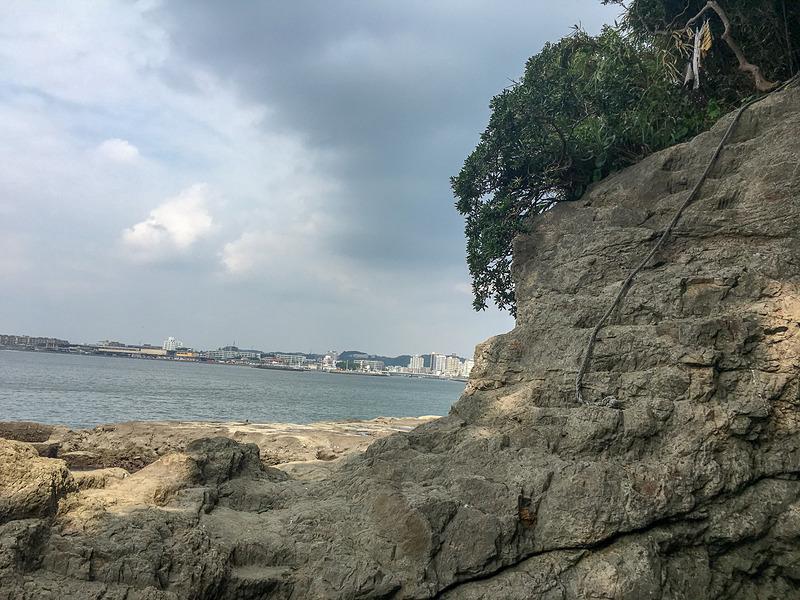 岩の芸術。山のように先に進むためのロープもあります