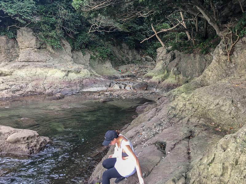 岩を降りる友人。水も綺麗