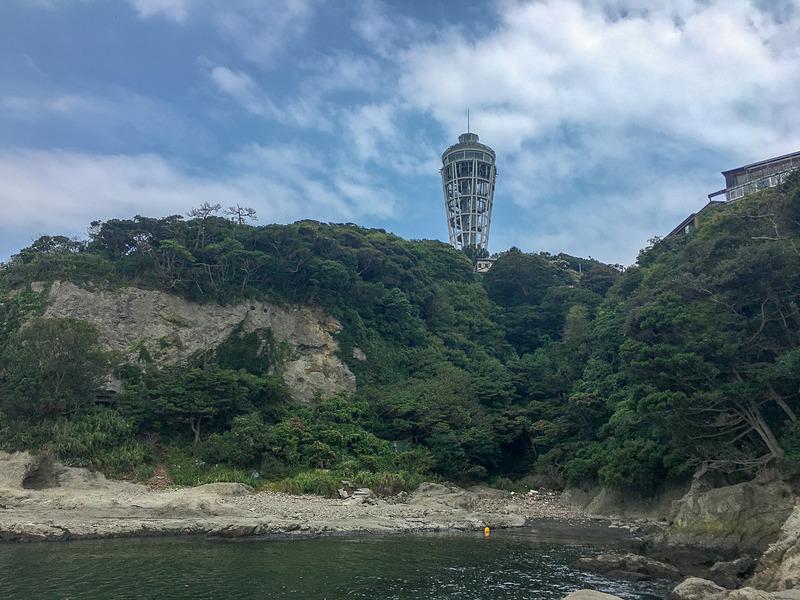 海沿いから見る江の島展望台。地元の人以外はあまり見ない景色かと