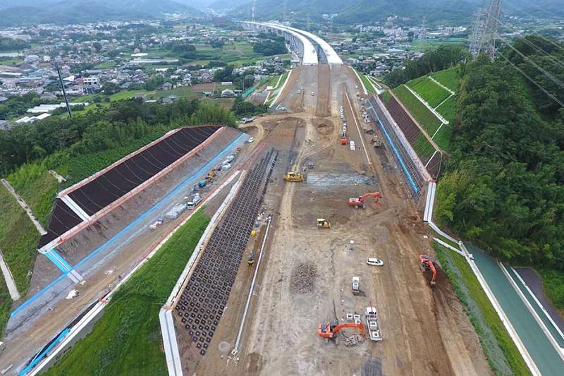 建設中の新東名高速道路