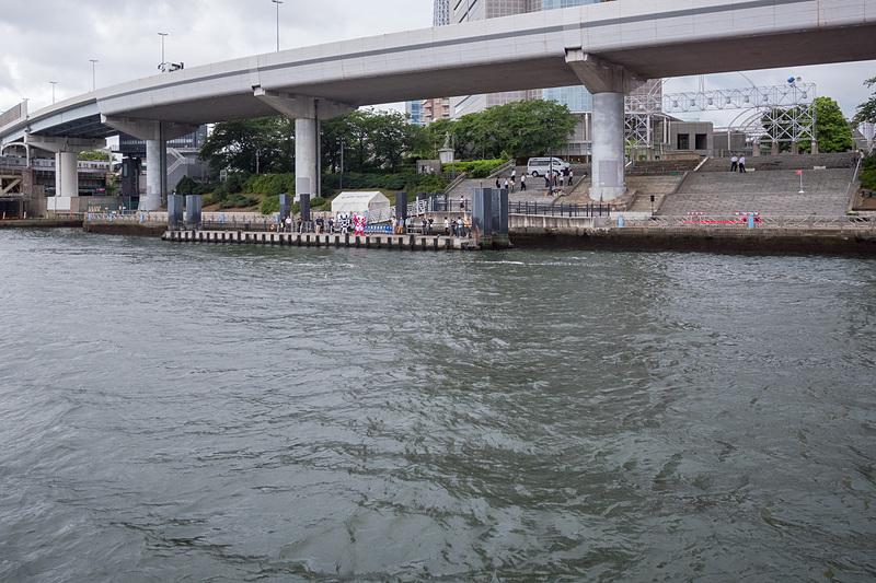 地元の招待客などが乗船して、通常とは異なる短距離のお披露目ツアーが行なわれた