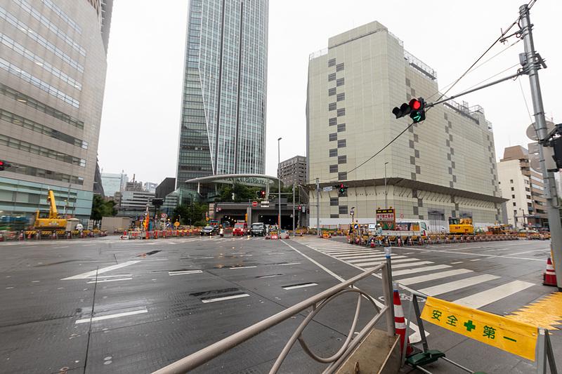 地下で駅の新設工事が進められている虎ノ門二丁目交差点付近。正面に見える虎ノ門ヒルズの横にはバスターミナルも整備される計画であり、虎ノ門駅も含め、地下通路を通じてアクセス可能になる予定だ