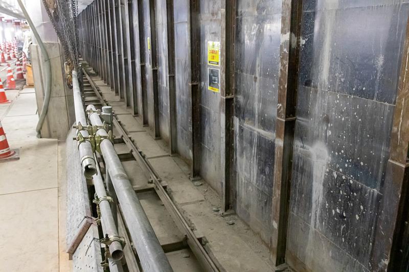 側壁の内側には鉄製のパネルを設置することにより電車の安全を確保している