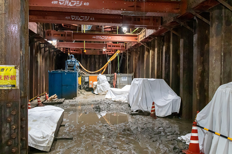 地下2階は掘削を進めている段階なので、地肌が露出している。駅を含め、周辺の施設が完成したあかつきには地下2階に改札口が設置され、再開発ビルと地下通路で接続される