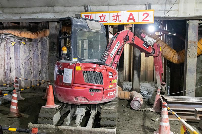 掘削はバックホー(ショベルカー)と人力で細心の注意を払いながら行なわれる