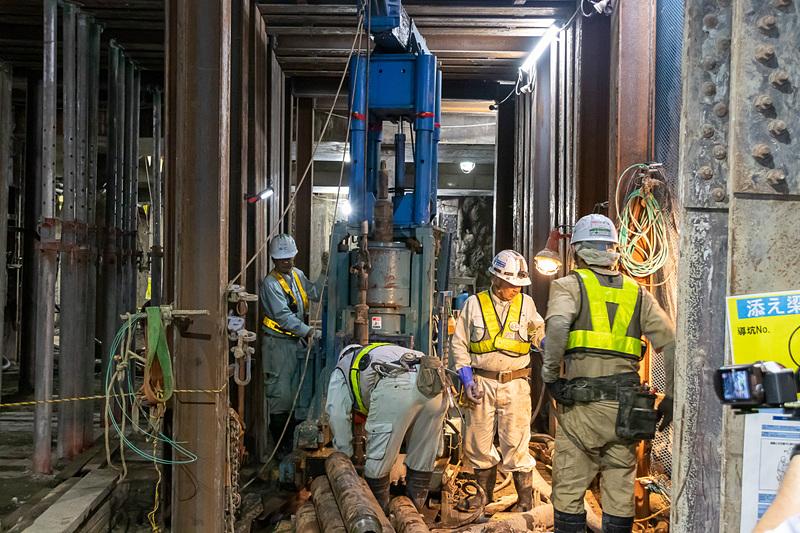 工事は昼夜問わず行なわれており、昼は約90人、夜は約110人が携わっている