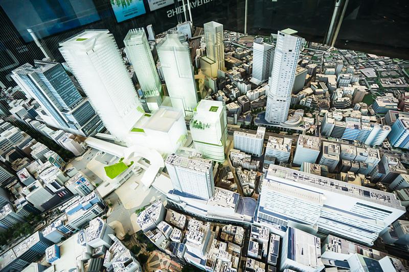 「渋谷ヒカリエ」11階に展示されている渋谷駅周辺模型。ハチ公前広場を中心に見ている。ひときわ高いビルが「渋谷スクランブルスクエア第I期(東棟)」