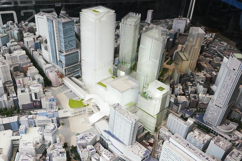 渋谷駅周辺模型。手前がハチ公前広場。もっとも高いビルがスクランブルスクエア東棟。手前に低層の第II期(中央棟、西棟)