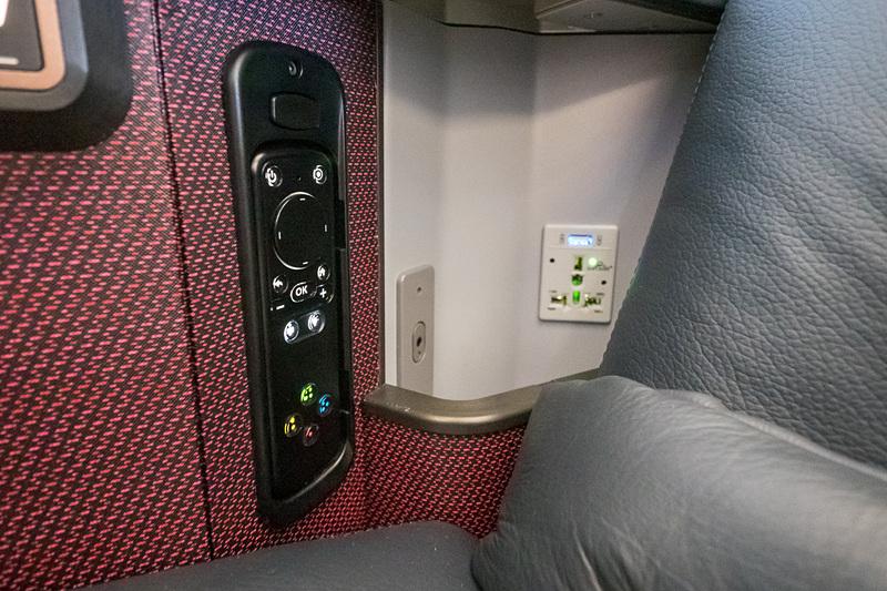 手元のハンドコトンローラ。脇に収納ポケットとヘッドフォン端子、AC電源、USB電源を装備