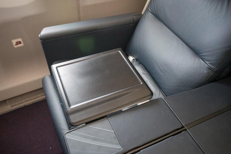 シートテーブルはアームレストに収納されており、持ち上げて広げる