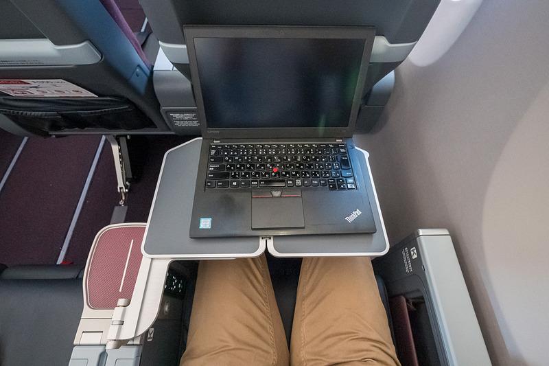 ノートPCを置いてテーブルを奥にスライドした状態