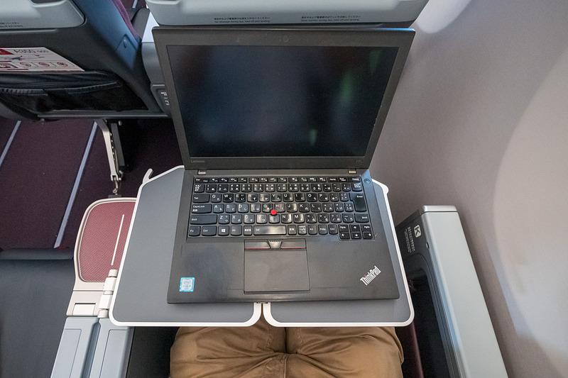 ノートPCを置いてテーブルを手前にスライドした状態