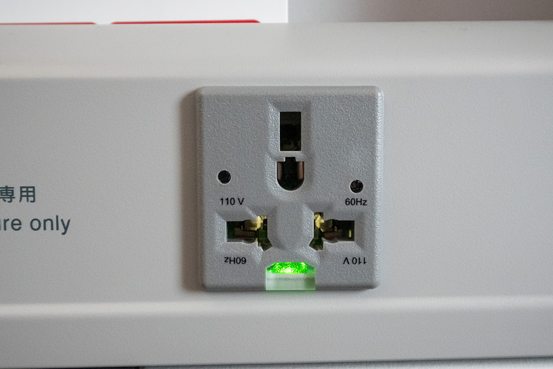 AC電源はシートテーブルの上に設置されている(2列目以降の席)