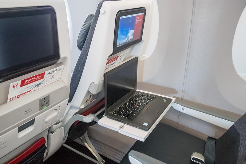 前席がリクライニングするとシートテーブルを手前にスライドしてもノートPCを利用するにはスペースが狭め