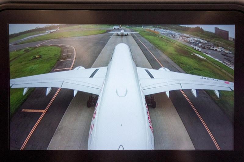 機外カメラの映像。尾翼側と前方(機体下部)の2種類を選択して表示できる