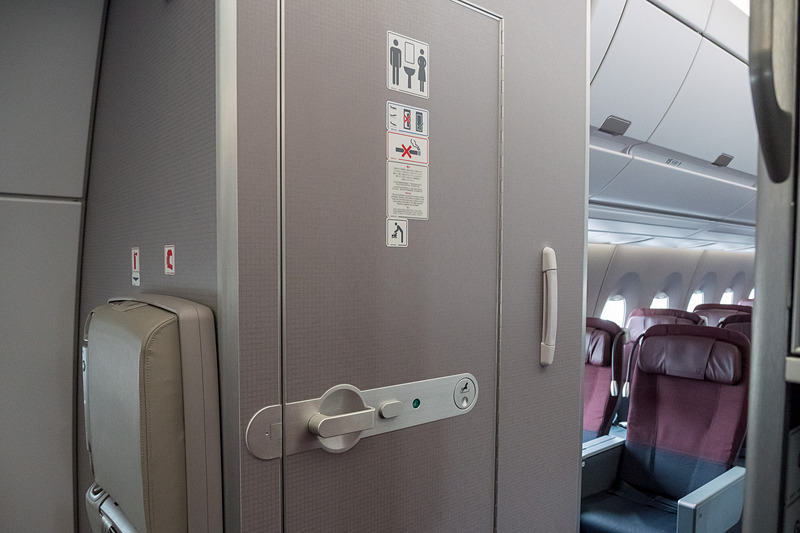 ラバトリーは機内に6か所。最前部の1か所を除き、おむつ交換台を備えるのが基本的な機能となっている