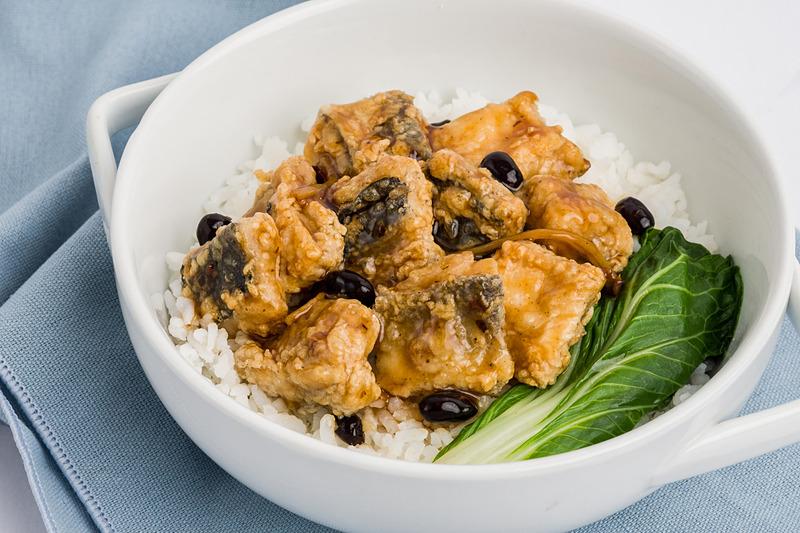 黒豆ソースをかけた魚の切り身料理