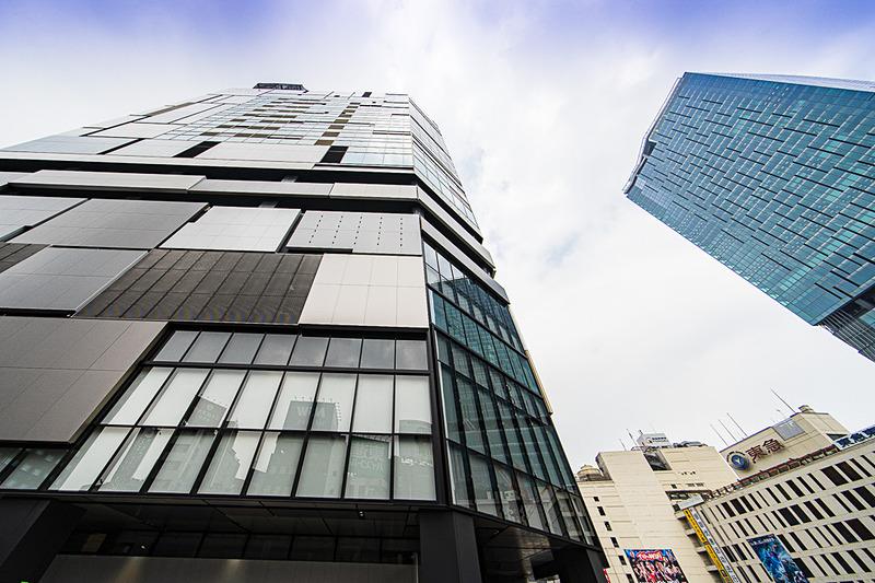 12月5日グランドオープンする新生「東急プラザ渋谷」が入る「渋谷フクラス」。右は渋谷駅と「渋谷スクランブルスクエア第I期(東棟)」。渋谷駅周辺は再開発プロジェクトが進んでいる