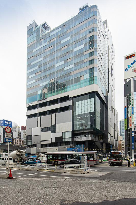 渋谷駅西口。モヤイ像のある方向から見る渋谷フクラス