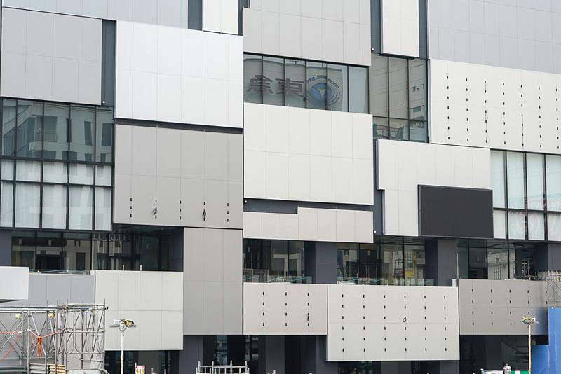 下層階のファサードがランダムな特徴的デザイン。一部旧東急プラザ渋谷の外壁を再利用している