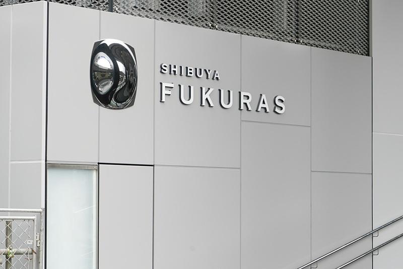 渋谷フクラスの銘板。膨らみをイメージするデザイン