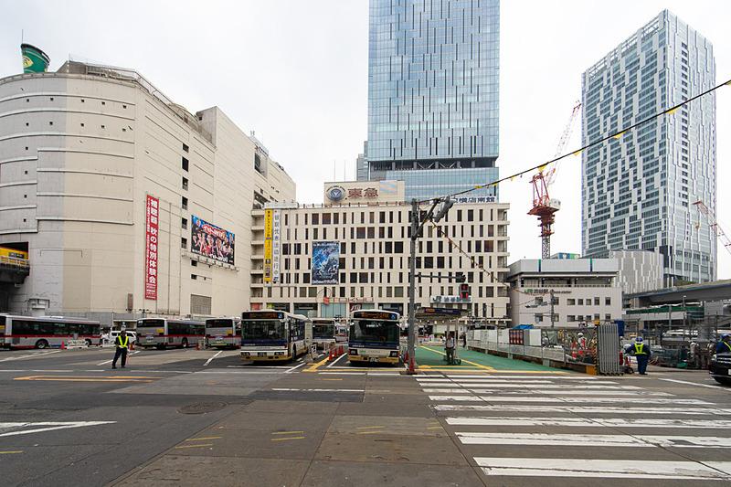 渋谷フクラスから渋谷駅側を見たところ。正面ビルはスクランブルスクエア東棟。右は渋谷ストリーム