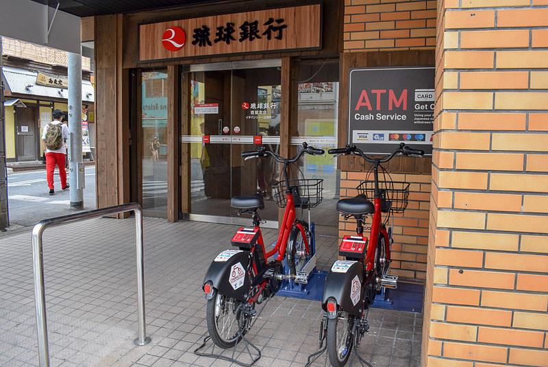 新たにサイクルポートが設置された「琉球銀行イチバンジャー出張所」には2台分のスペースが用意されている