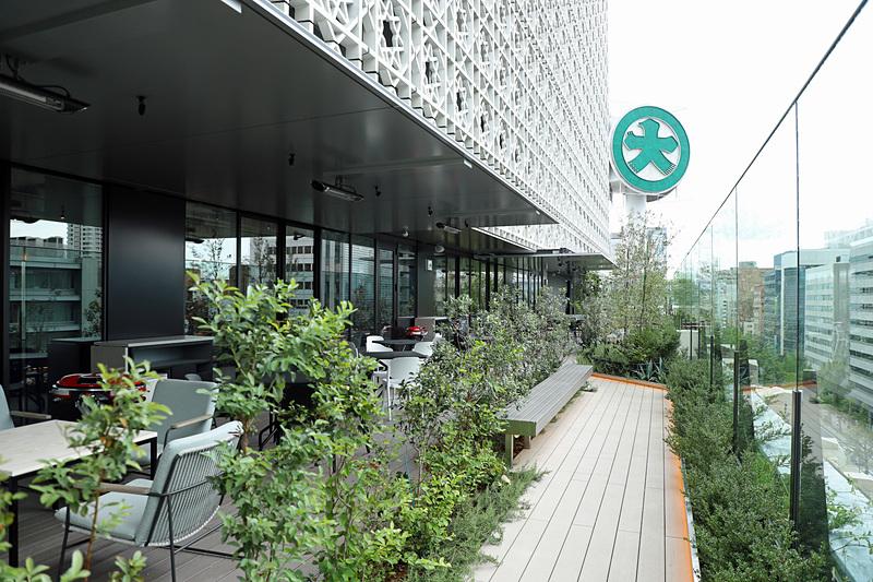 7階テラス。7階までと8階以上で壁に段差を設け、その部分にテラスを設置
