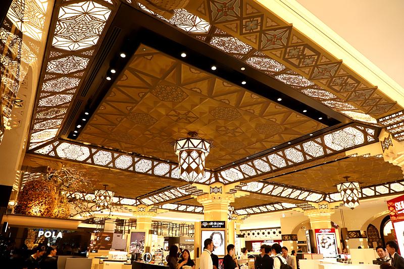 天井照明の模様は、旧本館に使用されたものを多く使用
