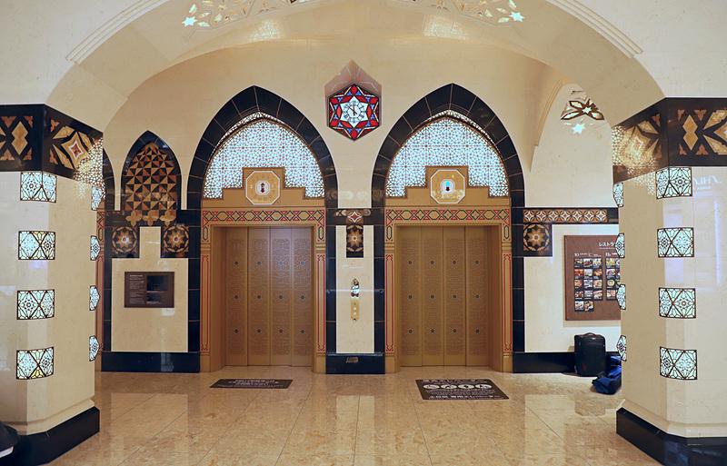 エレベーターホールも新旧の部材で復元。例えば扉上部の階数表示部分は、増床にあわせて階数を増やしているが、進行方向表示(矢印)はそのままだという