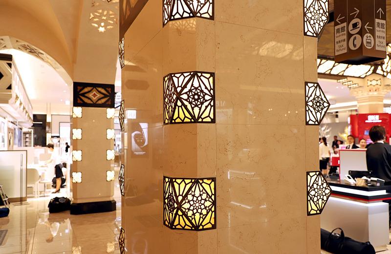 柱の照明も古いのを使用。ガラスの焼けやムラも歴史ある証だ