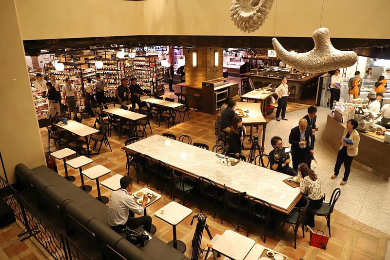 フードホールは地下鉄心斎橋駅直結で23時まで営業